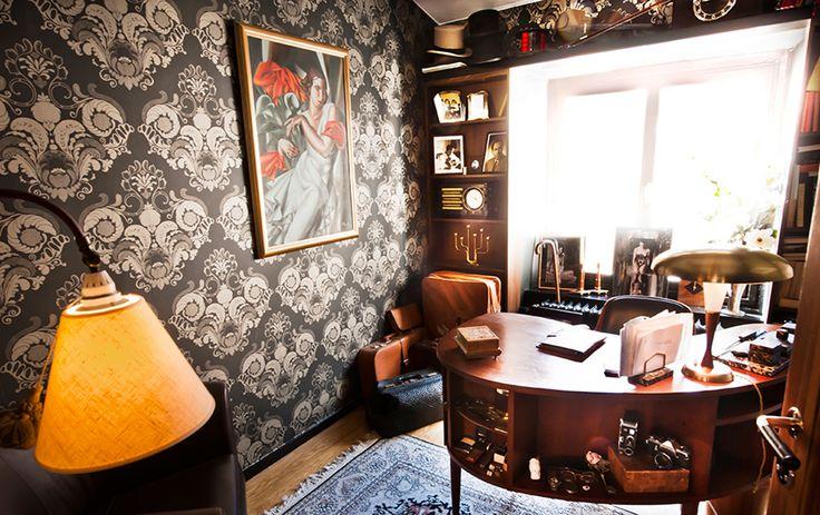 Christoffer Rojek älskar sitt arbetsrum med njurformat skrivbord som dock är så litet att han inte får in benen under det. Där samlar han gamla kameror, väskor och andra tidstypiska föremål. Tavlan är en reproduktion av Tamara de Lempicka, en framträdande art déco-konstnär.
