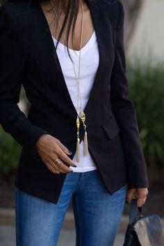 Blazer escuro acinturado com blusa clara por baixo emagrece e alonga a silhueta.