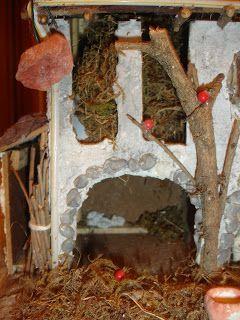 Sono di cartone spatolate con acqua e gesso,lavorate con lo scalpellino,i tetti sono realizzati con scaglie di corteccia di tronchi di legna http://recuperando-tutto.blogspot.it/2008/12/case-del-presepe.html