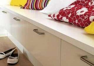 DOBBEL FUNKSJON: Lave benker i gangen vil kunne sørge for både sitteplass når sko skal av og på, i tillegg til ekstra oppbevaring.