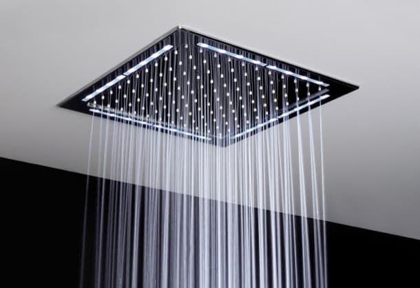 Duchas de lluvia empotradas, de la firma Rogerseller. La firma australiana Rogerseller ofrece la serie Cloud Cover de duchas. Rainlight es una ducha de lluvia con LED, y Rose es un poco más pequeño, pero sin luz. El modelo sencillo se compone de una placa de 290x290mm que tiene un espesor total de 38mm; el otro es un poco más grande, y lleva LED perimetral. Ambos están diseñados para instalarse empotrados en el falso techo.  #Cuartodebaño
