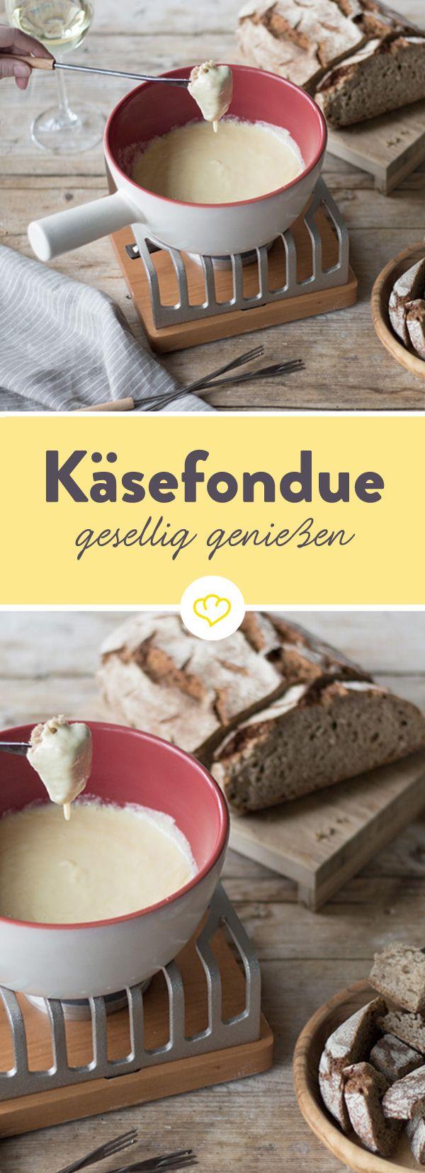Unser Fondue mit Emmentaler und Gruyère ist mild und schmeckt am besten in geselliger Runde - so einfach geht Wohlfühlen.