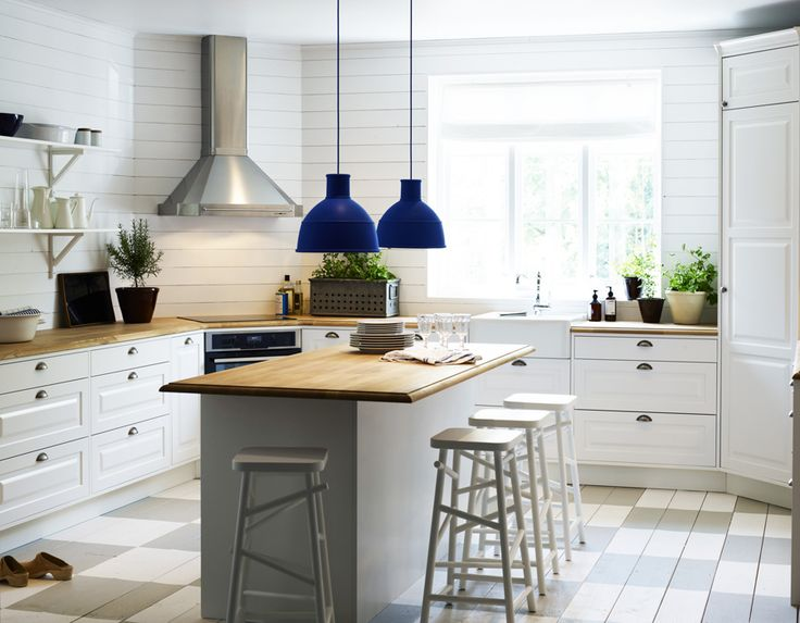 Great colors. I like these shelves and the hood on the stove.