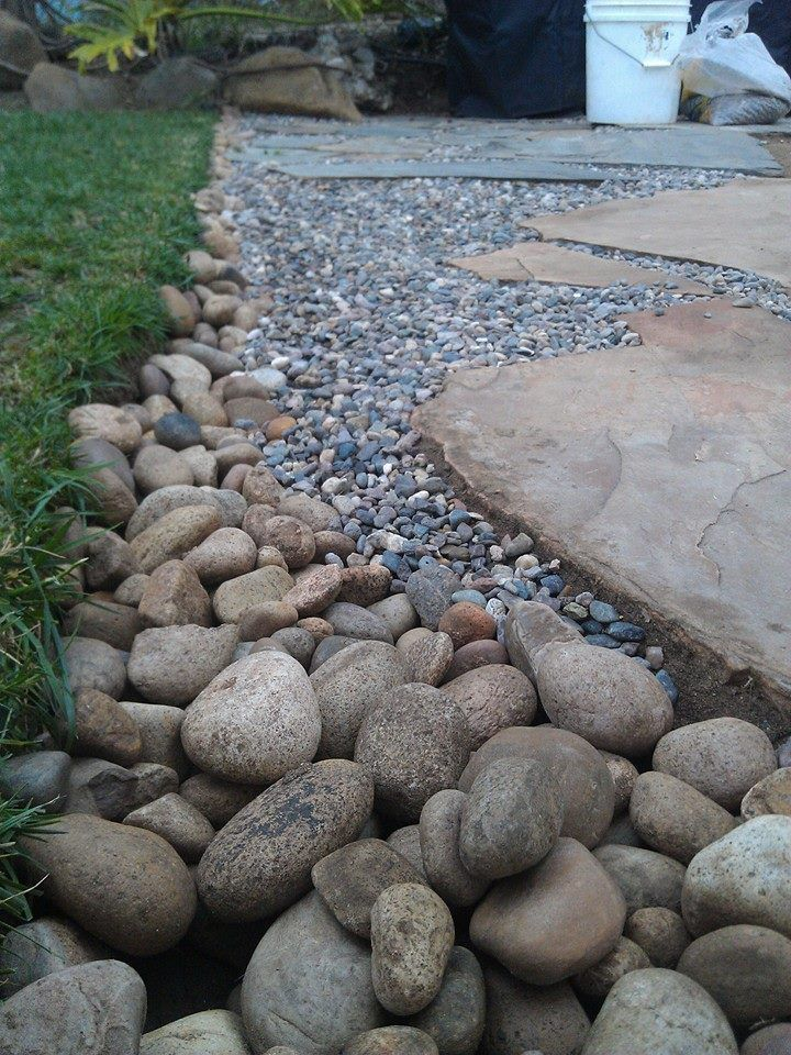 mixture of pea gravel and larger pebbles around edge?