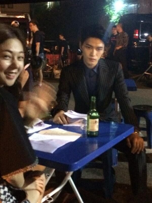 [TRANS] Youngdal praticing with PD and Jinhee RT @Tonyhong1004: 감독님과 진희와 대본연습하는 영달
