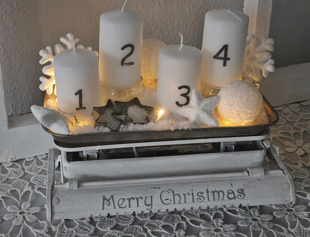 Eine alte Waage wurde hier von mir zu einer wundervollen Küchenweihnachtsdeko umfunktioniert. Weiß gekalkt, mit Antikwachs dezent patiniert, schablonierrt und in einem Meer von Schnee dekoriert mit...