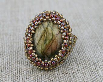 anillo de labradorita, anillo de piedras preciosas, anillo declaración, anillo de perla de semilla, anillo de tono oro, anillo con cuentas, abalorios, anillo de sello, anillo de oro, boho anillo
