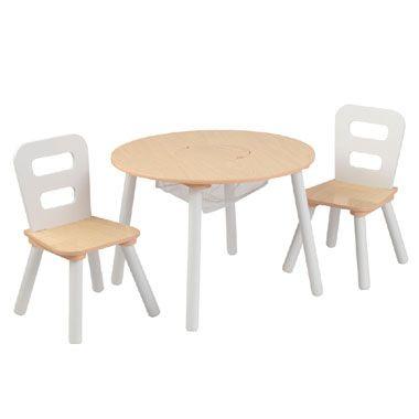 Ronde tafel met 2 stoelen  Deze ronde tafel met 2 stoelen is een set met stevige meubelen en biedt ook veel handige bergruimte. Kinderen hoeven alleen maar het lichte middenstuk op te tillen en ze kunnen al hun speelgoed in het aangesloten net duwen.  EUR 67.99  Meer informatie