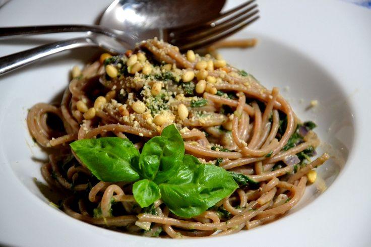 Christina macht was: Überraschend hervorragend und komplett vegan: Vollkornspaghetti mit Blattspinat und Mandelcreme aus Vegan for Youth