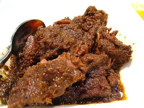 Rendang, salah satu makanan khas aseli Indonesia yang enak banget - asalnya dari Padang, Sumatera Barat.