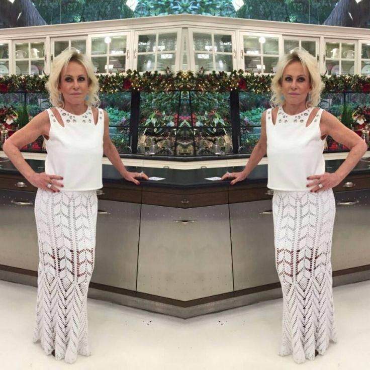 Ana Maria Braga arrasou no look do programa de hoje com uma saia toda trabalhada no crochê, com detalhes em ponto abacaxi. A peça também é ideal para o Réveillon! Faça você também. Os materiais você já sabe,  é no www.armarinhosaojose.com.br Foto: Reprodução Globo. #artesanato #croche #anamariabraga #maisvoce #globo #modaverao #handmade #feitoamao #crocheteira #crochebrasil #lovecroche #modacrochet #fashion #tendencia #saojosearmarinho #saialonga