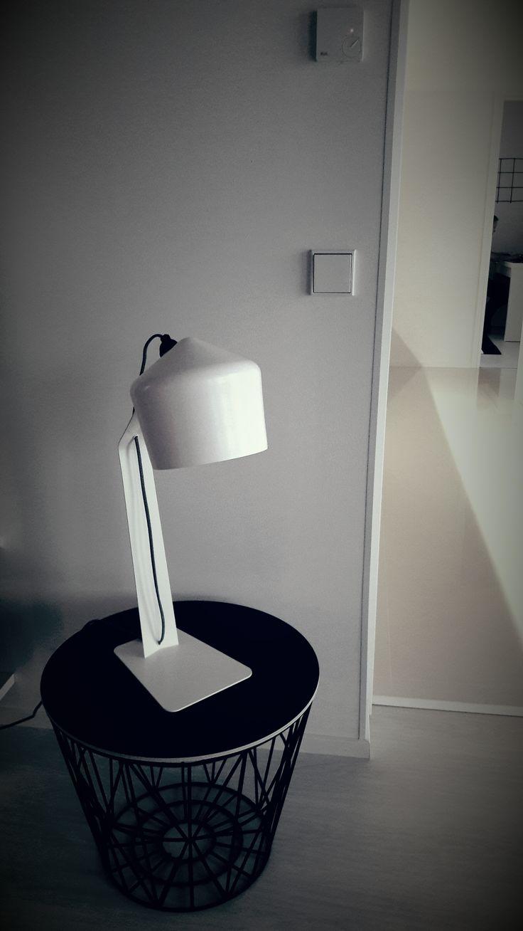 Ferm Living/ Wire Basket-kori/Työhuone/Vierashuone/Innolux/Juho Pasila/ Pöytävalaisin/Valkoinen pöytävalaisin