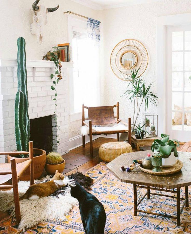 Boho Urban Jungle Woonkamer Met Perzisch Tapijt Schapenvacht Vintage Stoelen En Grote Cactus Home Living RoomLiving