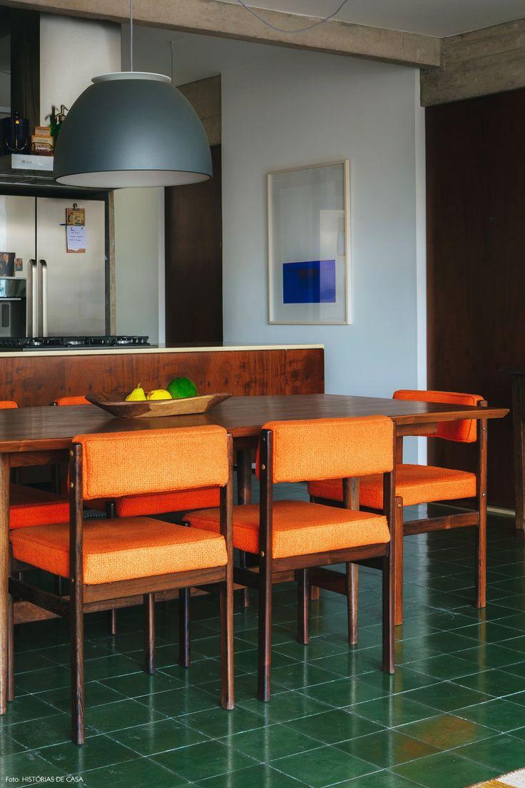 O piso de ladrilho hidráulico verde e as cadeiras assinadas por Sérgio Rodrigues são destaques na sala de jantar.