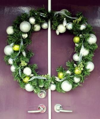 The 8 best holiday decor wreaths to buy in 2018 wreaths for Best place to buy wreaths