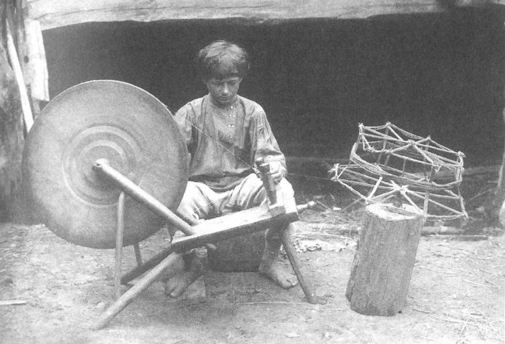Мальчик скручивает нитки для изготовления серпянки. Рязанской губ., Касимовский у., с.Алексеево. 1913