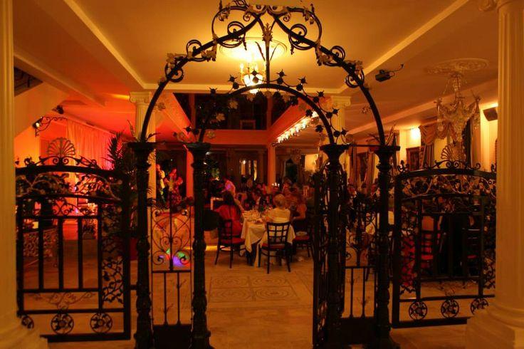Ambiance chaleureuse et festive, le soir, au restaurant spectacle St Petersbourg à Mougins.