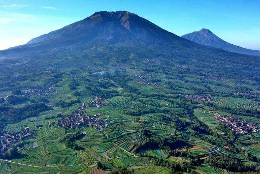 Gunung Merbabu dan Merapi dilihat dari gunung Andong