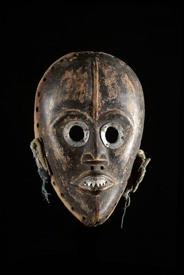 Chez+les+Dan,+les+masques+sont+les+esprits+de+la+brousse+et+non+leurs+représentants.  Réalisés+généralement+dans+un+bois+très+dur,+ils+sont+polis+avec+les+feuilles+d'un+arbre+similaire+à+du+papier+de+verre,+puis+teints+en+noir+à+l'aide+de+teinture+végétale+(latex,+suie...)  Les+masques+aux+yeux+ronds+incarnent+un+esprit+féminin,+les+yeux+en+fentes+un+esprit+masculin.