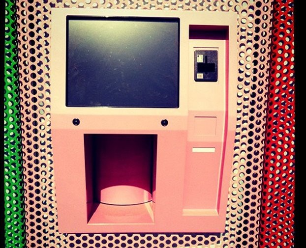 ATM Dispenses Cupcakes  fresh every 4 hrs: Beverly Hills, Sprinkle Cupcakes, Vending Machines, Sprinkles Cupcakes, 24 Hour Cupcakes, Cupcakes Vending, 24Hour, Cupcakes Atm, Cupcakes Rosa-Choqu