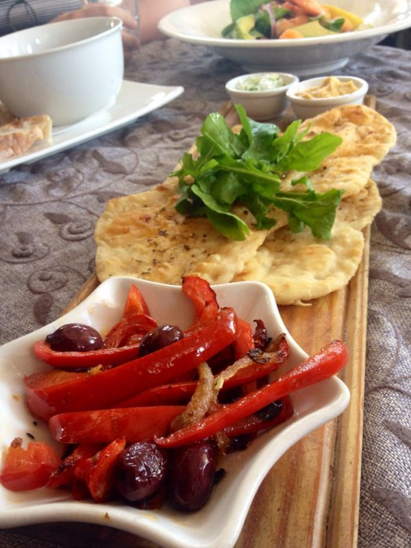 Flat breads, brushed with garlic butter served with roasted peppers, olives, tsatsiki & hummus #sidewalkcafe #lunch
