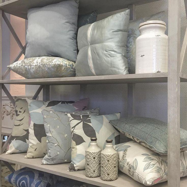 Утро в пастельных тонах: серо-серебристый и разбелённый Тиффани блуу #galleria_arben #подушки #pillows @superseledka