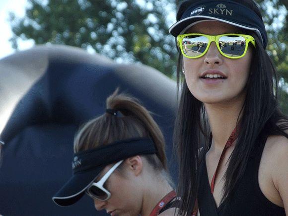 chica joven luciendo gafas de sol Hawkers