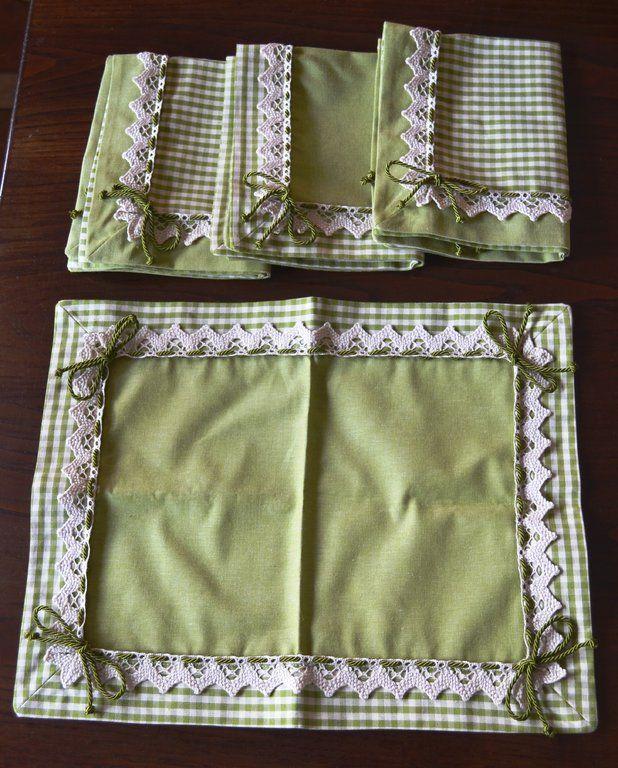 SET COLAZIONE KIWI - PatriziaB.com Delizioso set colazione costituito da 4 tovagliette, in pregiato tessuto di puro cotone, tutte incorniciate da bordo in tessuto verde kiwi
