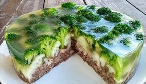 Vă propunem încă o rețetă originală, care vă va ajuta să decorați masa de sărbătoare! Tortul din carne și legume este nemaipomenit de gustos și foarte aspectuos. Bucățelele de carne fină, legumele folositoare (conopidă și broccoli)— toate acoperite de piftie delicioasă. Prepararea acestui aperitiv de poveste nu este complicată, iar rezultatul vă va surprinde în mod plăcut! INGREDIENTE: -1 kg de carne de vită (pe os); -2 litri de apă— pentru fierberea cărnii; -70 g de carne afumată; -2 cepe…