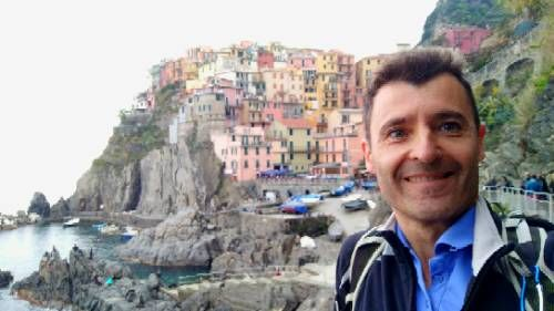 Feeling like a tourist while #hiking in #cinqueterre #Riomaggiore. Quite crowded despite the gray weather.
