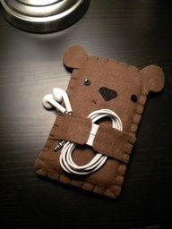 Ursinho capa para celular de feltro e segurar fones.