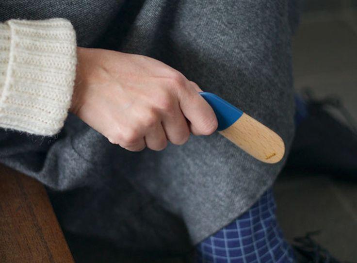 ブナ材をラッカー塗装で仕上げたシューホーン(靴べら)です。 本体上部に施した木目が透けるカラーがアクセントになっています。 ご自宅でお使いいただける中長サイズの玄関用と、鍵などと一緒に持ち出せる携帯用の2つご用意しました […]