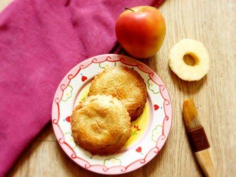 Appelkoeken maken kan je zelf. Het is helemaal niet zo moeilijk. Hier vind je het recept. Op bakweek.nl staan nog veel meer leuke recepten.