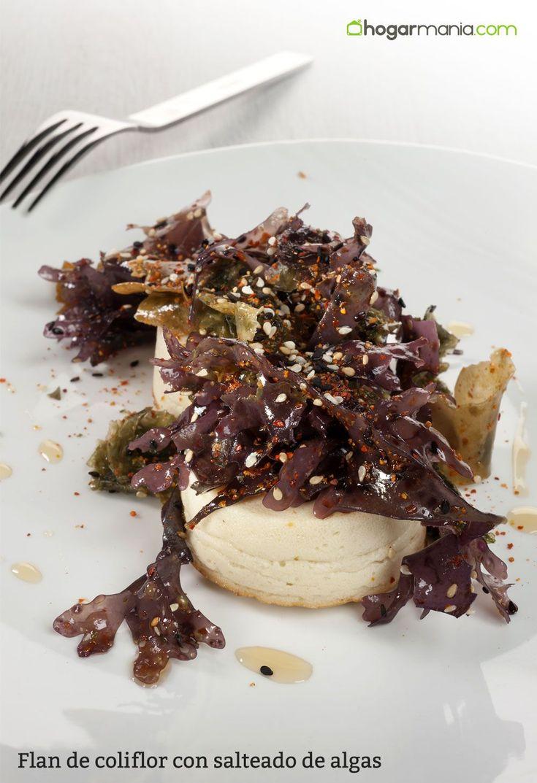 Flan de coliflor cocinado en el horno al baño maría y acompañado de ensalada de algas, una receta de Guty Carvajal elaborada con superfoods o superalimentos.