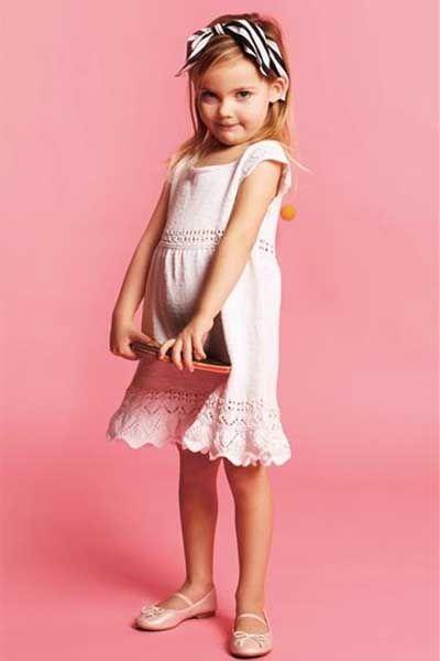 Kortærmet kjole med hulmønstre og fine kanter til piger strikkeopskrift