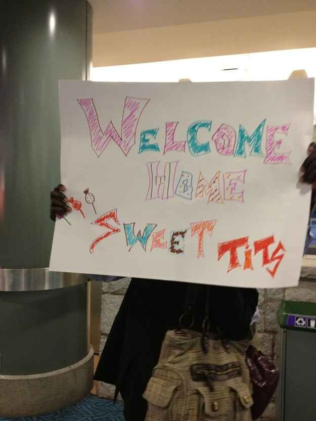 And the person who has to walk up to this welcome sign. | 25 People Who Are Having A Worse Time At The Airport Than You