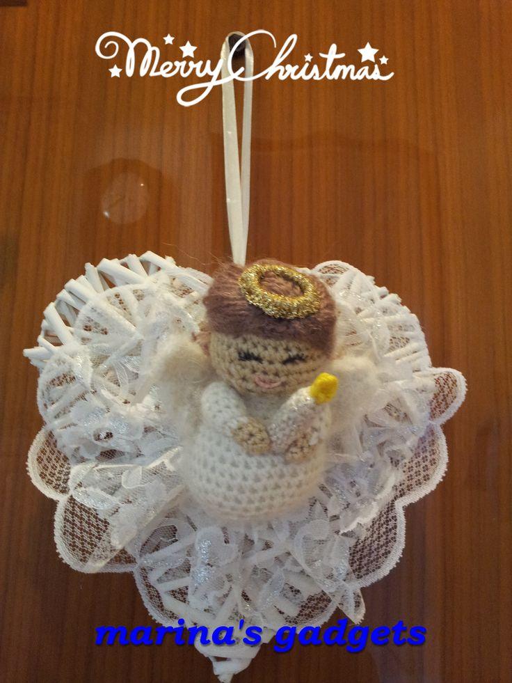 cuore in vimini con decorazione in pizzo e angioletto creato con tecnica amigurumi. Amigurumi angel
