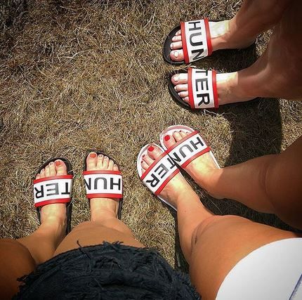 Seriously strong festival footwear game: the Hunter original logo slides are clearly popular with @iris_eyeball and friends