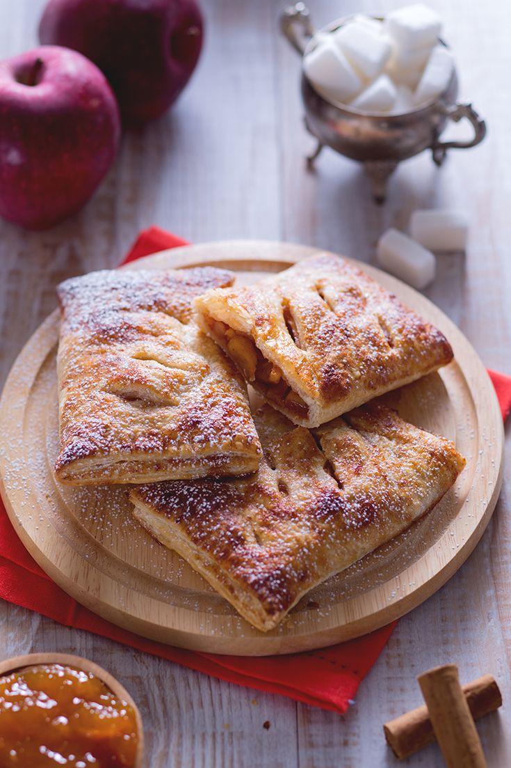 Appena infornati, questi #fagottini di pasta #sfoglia con #cuore di #mela sprigioneranno il loro delizioso #profumo #speziato in tutta la casa. Da proporre per un'irresistibile #merenda o come #rustico #dessert, questi dolci fagottini sono perfetti! #ricetta #GialloZafferano #italianfood #italianrecipe #puffpastryrecipe #applerecipe