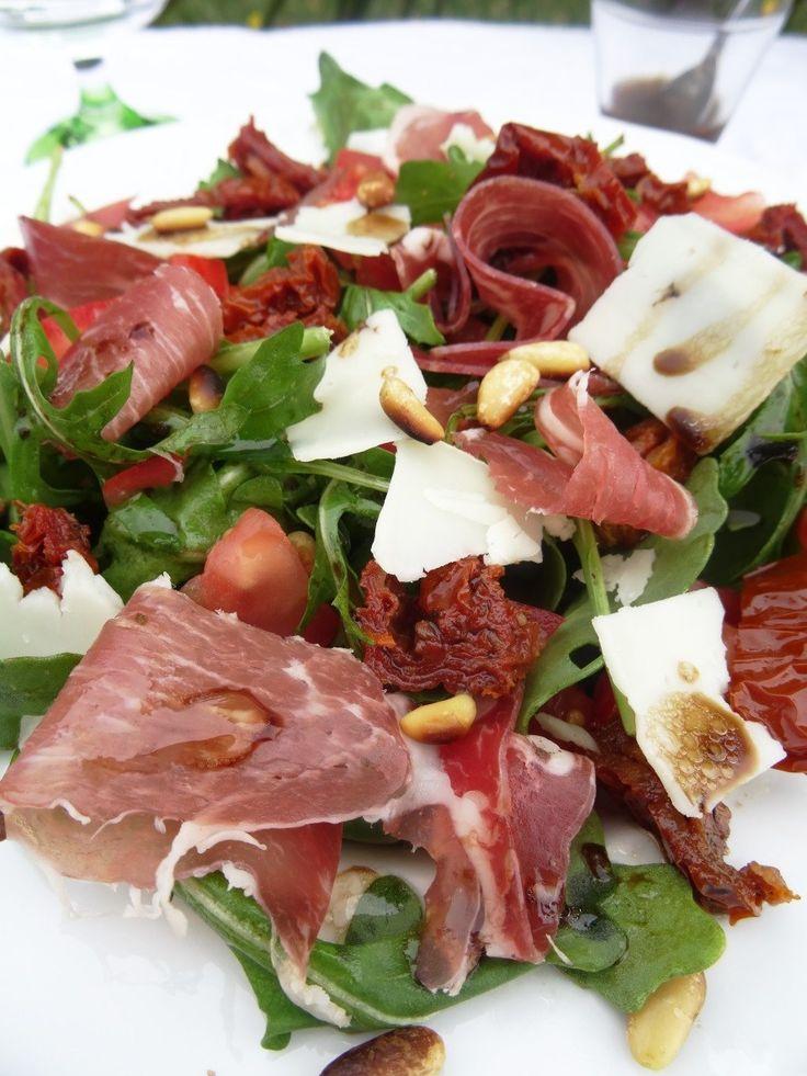 Voici une salade Paléo gourmande, saine et riche en saveurs aux couleurs de l'Italie. Et en plus elle est rapide à faire ! :)