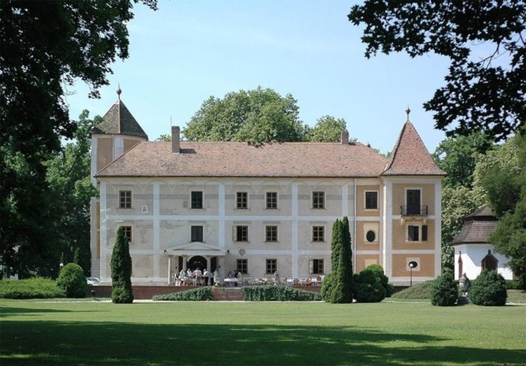 Castle Hotel Héderváry is located between Györ and Mosonmagyarovar in Hungary. http://www.schlosshotels.co.at/en/hedervary