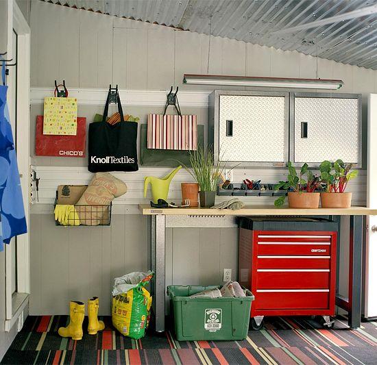 All-in-One Workstation Een garage is een optimale plek om te organiseren en op te slaan niet alleen garage versnelling, maar ook buiten het seizoen bezittingen. Deze ruimte werft een verscheidenheid van opslag opties, zoals een vrijstaande rekken eenheid om dingen zoals schoonmaakproducten en hondenvoer en een pegboard voor gereedschap om een gevoel van orde te handhaven houden. Een houten plank werd geïnstalleerd boven de deur om weg te smullen seizoensgebonden benodigdheden. Plank Smarts…