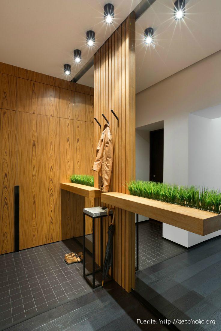 Un diseño simple y despojado. Espejo, mesita y perchero. Los 3 infaltables en todo recibidor.