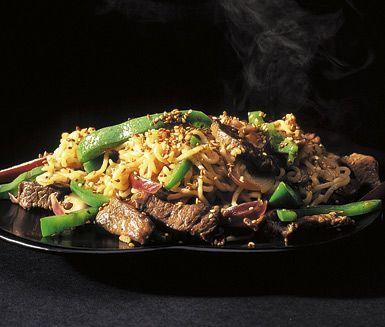 Smakrika biffnudlar tillverkar du snabbt och enkelt hemma i ditt eget kök. Denna underbara asiatiska rätt med nudlar och biffkött är en fröjd för både ögat och smaklökarna.