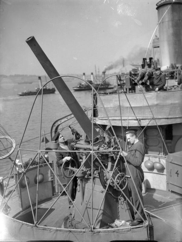 76_mm_gun_on_ORP_Błyskawica_1940_IWM_A_672.jpg (601×799)