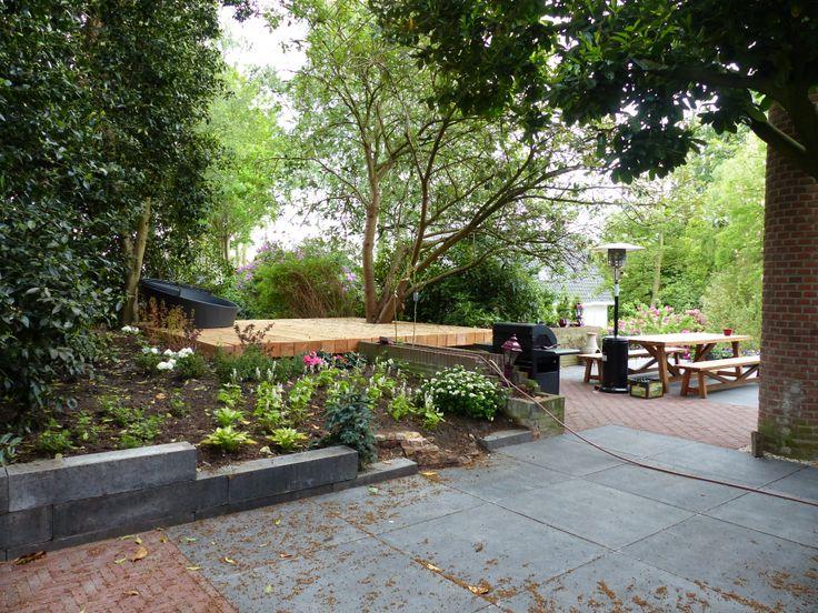 Overzicht van de terrassen in de zijtuin. www.houdijkstijltuinen.nl