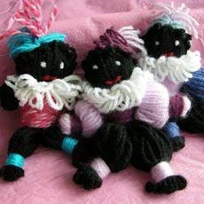 Zwarte Pietjes maken van wol.