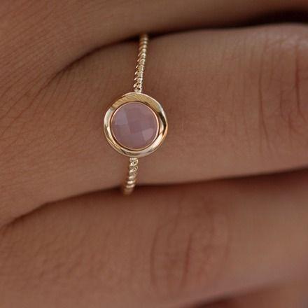Très belle bague en plaqué or garanti 10 ans. Sertie d'une pierre semi précieuse de couleur rose. Peut se porter en combinaison avec une autre bague.  Taille 52, 54, 56 et 6 - 10390457