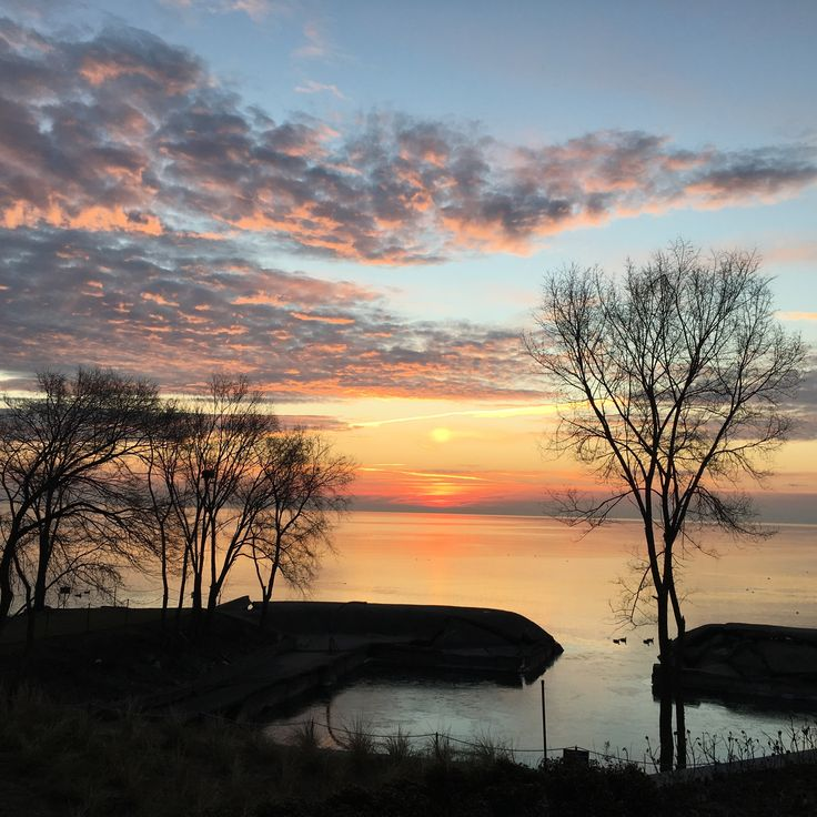 Good morning from our #LakeshoreClub apartment in #Burlington! How beautiful is this view? #Lakeshore #CLVGroup #NowYoureHome #Sunrise #CLVView #RiseAndGrind thelakeshoreclub.com