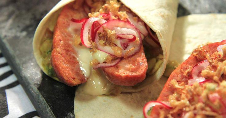 Smarrig tortillawrap fylld med grillad korv, tomat- och avokadosalsa, picklad och rostad lök.